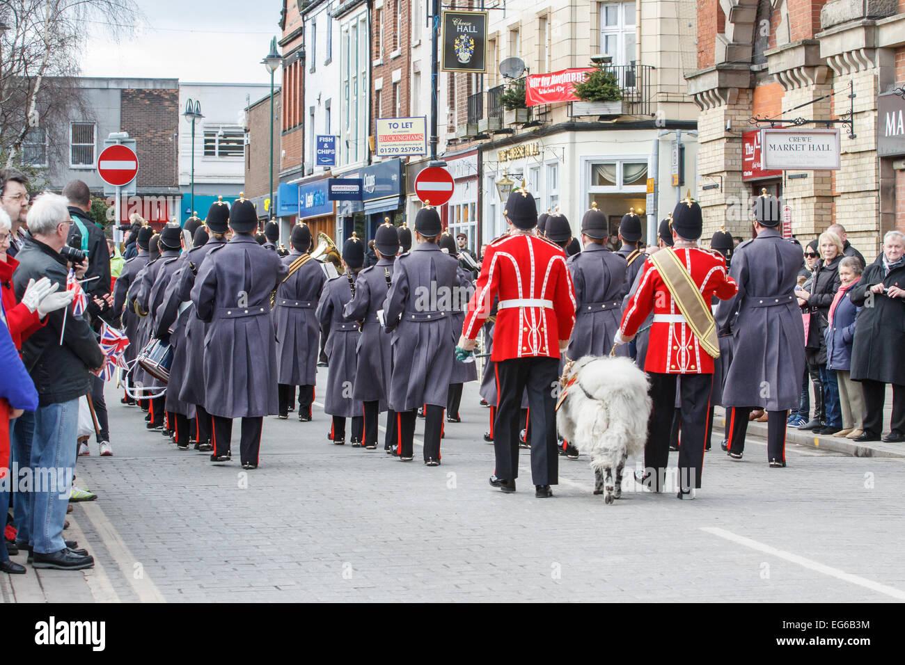 Crewe, Cheshire, UK. 18. Februar 2015. Soldaten aus der Mercian Regiment sind am 17. Februar 2015 geehrt mit der Stockfoto