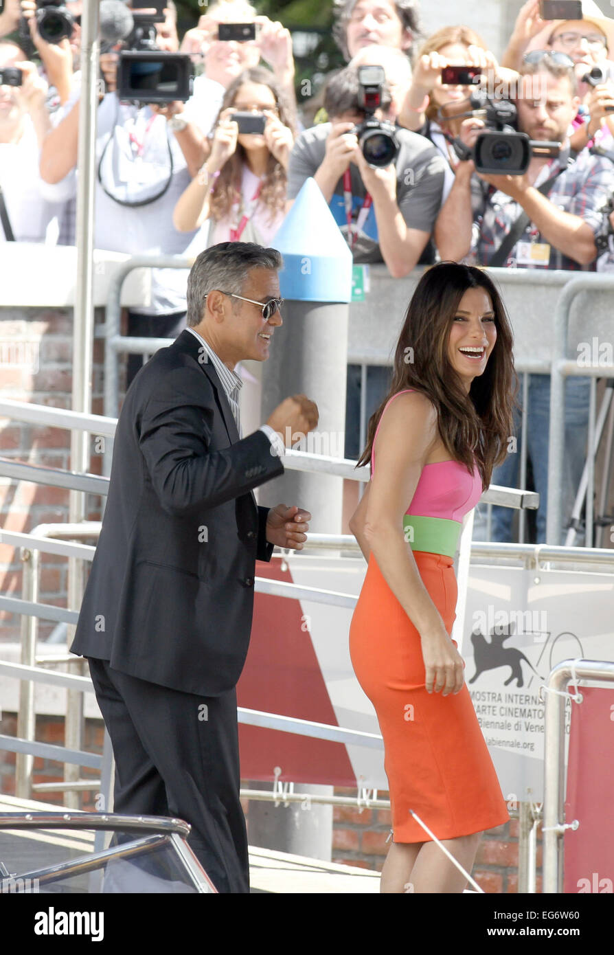 Italien, Venedig: Schauspielerin Sandra Bullock und Schauspieler George Clooney am Lido di Venezia Stockbild