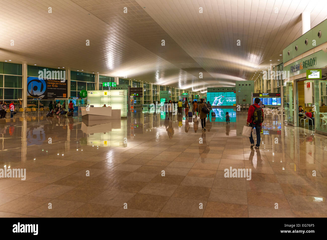 Spanien, Kanarische Inseln, Lanzarote, Arrecife, Innenansicht des beleuchteten Flughafen am Morgen Stockbild