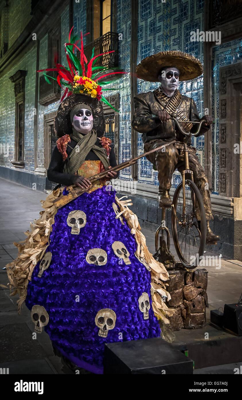Mexiko-Stadt, Mexiko - 21. November 2013: Mexiko Straßenmusiker Dia de Los Muertos oder Tag der Toten feiern Stockfoto