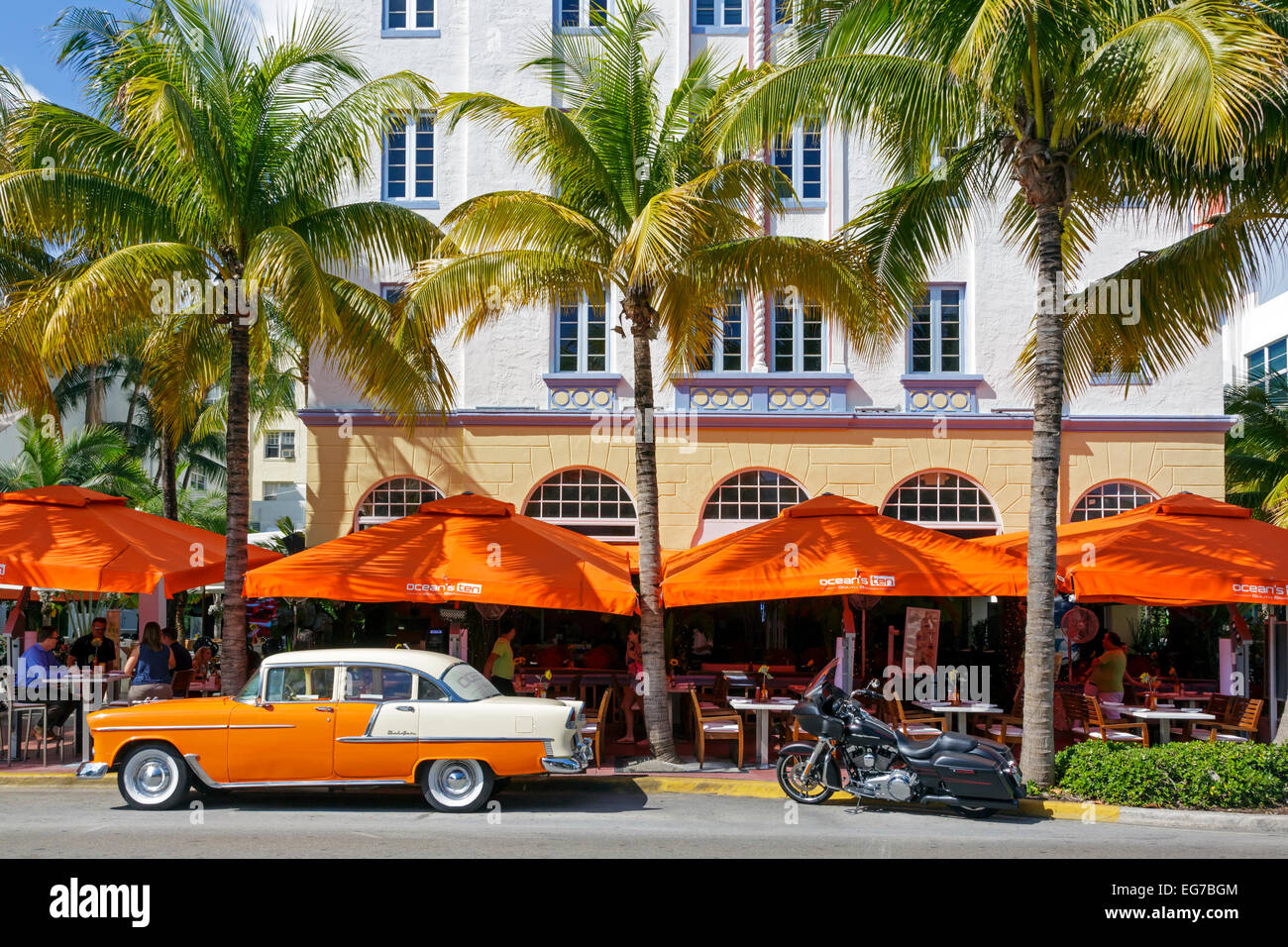Art-Deco-Bauplanung am Ocean Drive, South Beach Miami, Florida, USA mit einem Café-Restaurant unten Stockbild