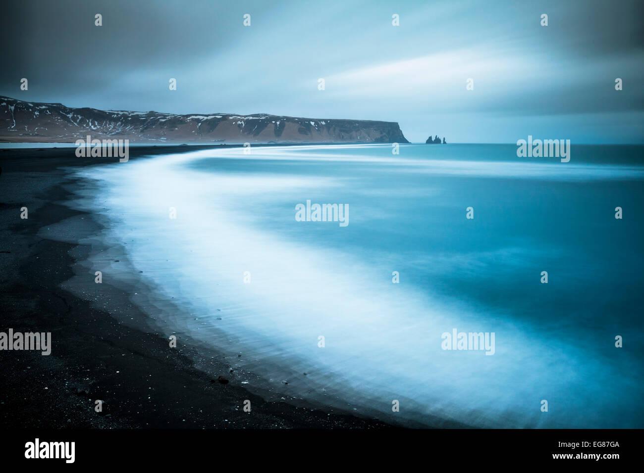Reynisdrangar Felsformationen und Vik schwarzen Strand von Dyrhólaey Vik Island Europa Stockbild