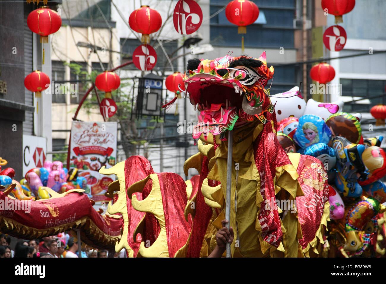 Ein chinesischer Drache macht seinen Weg entlang der Ongpin Street ...