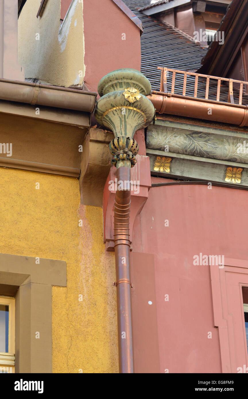 kupfer regenrinne, ein detail aus einem dekorierten regenrinne mit