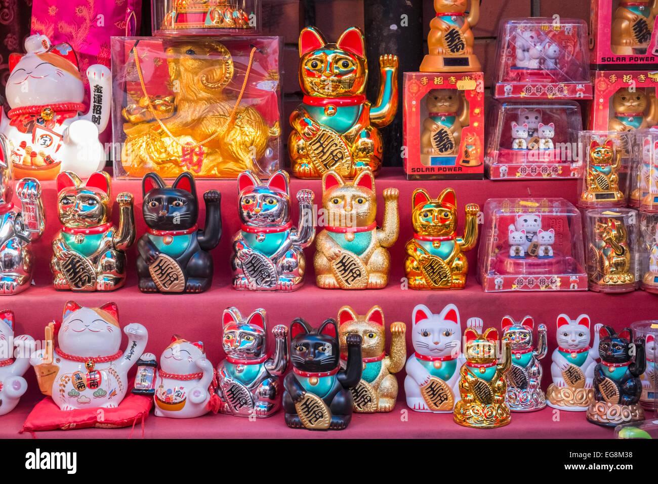 Londoner Chinatown-Store-Display des chinesischen glücklichen Katzen (Maneki-Neko) Stockbild