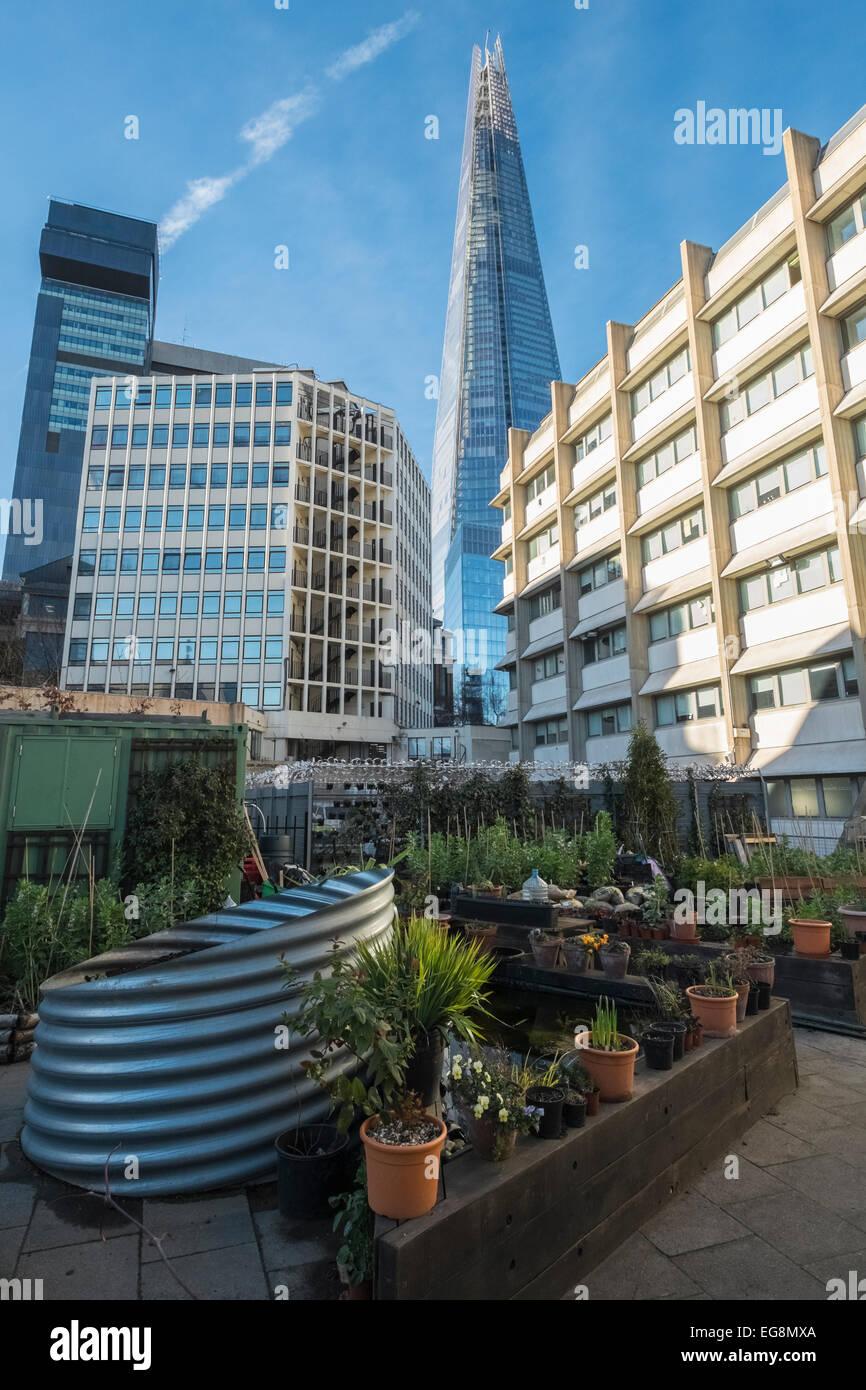 Moderne Architektur (The Shard) neben Wohn Unterkunft und Gärten, Southwark, London, UK Stockbild