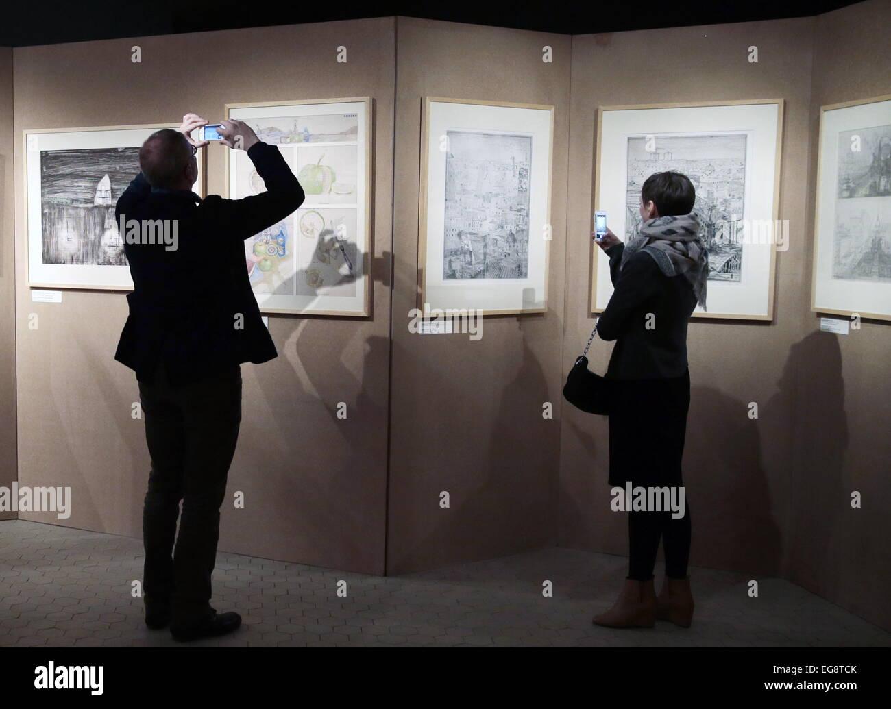 """Moskau, Russland. 19. Februar 2015. Besucher in einer Grafik-Ausstellung mit dem Titel """"Visionary Architecture. Stockbild"""