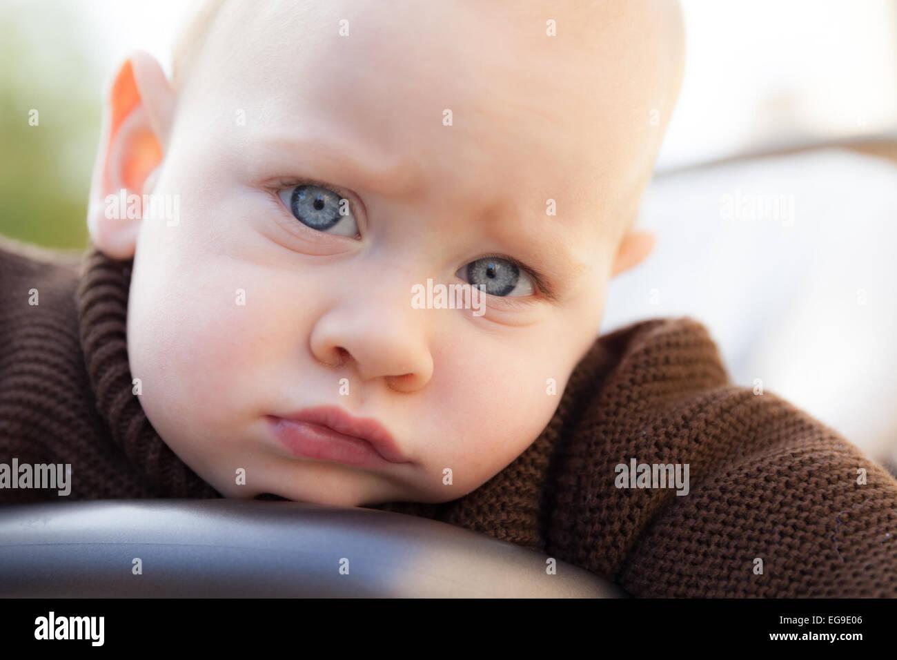 Porträt des jungen mit blauen Augen (12-17 Monate) Stockbild