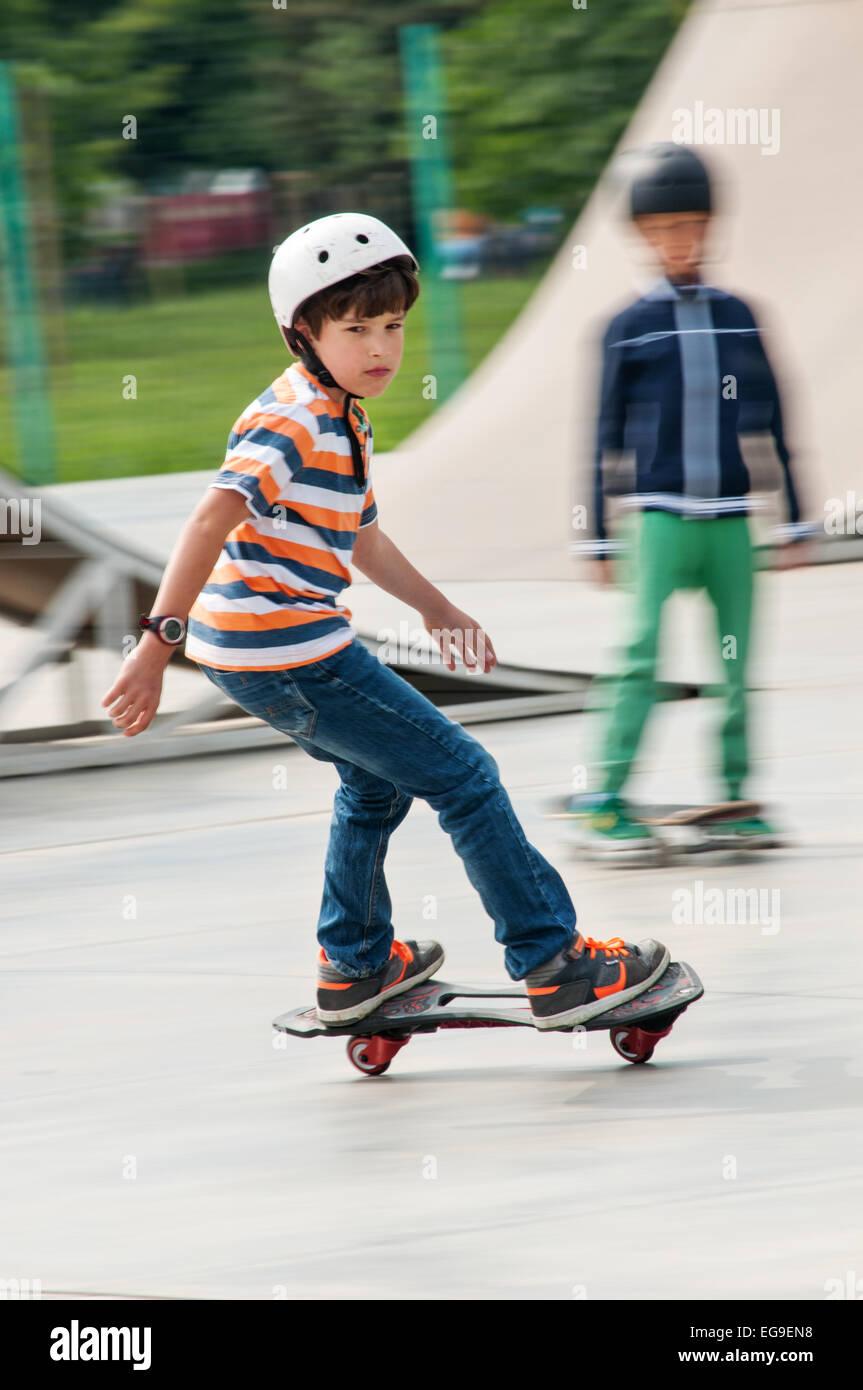 Jungen (8-9) eine Skateboard fahren Stockbild