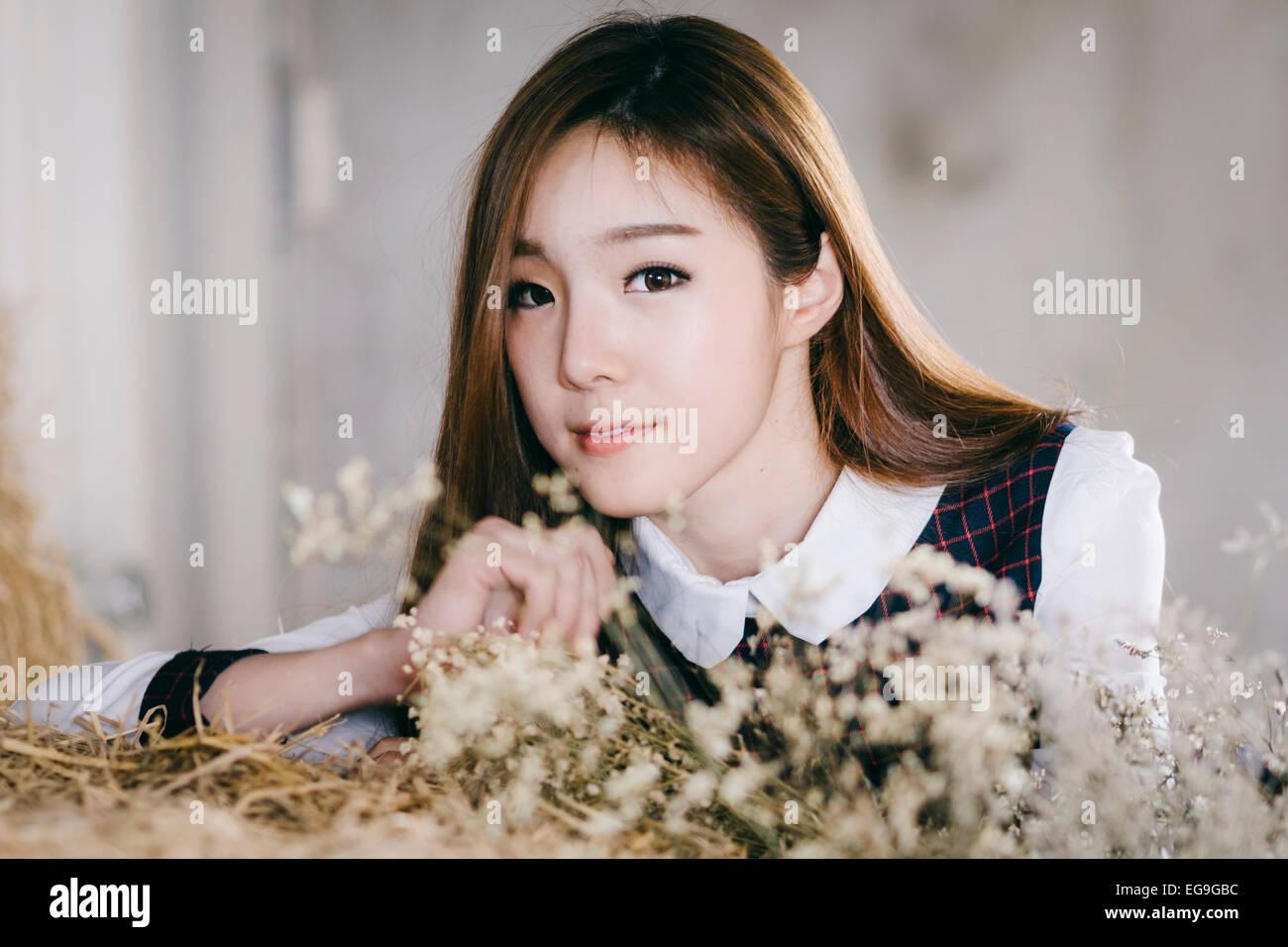 Porträt der jungen Frau mit Trockenblumen Stockbild