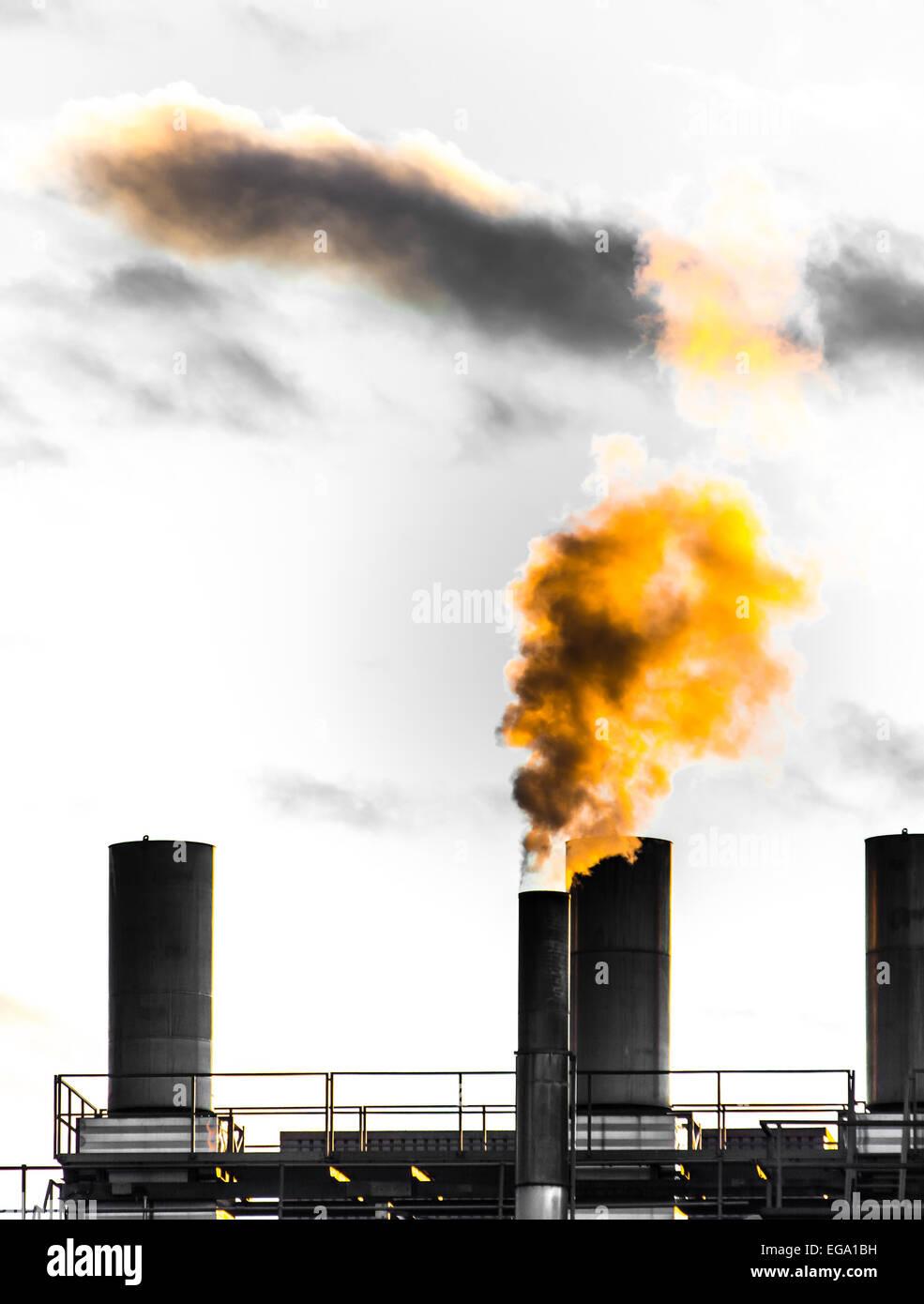 Verunreinigung der Luft durch einen Schornstein einer alten Fabrik Stockbild