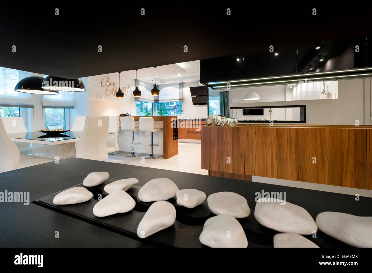 Moderne Kamin und Küche Innenarchitektur Stockfoto, Bild: 78903130 ...