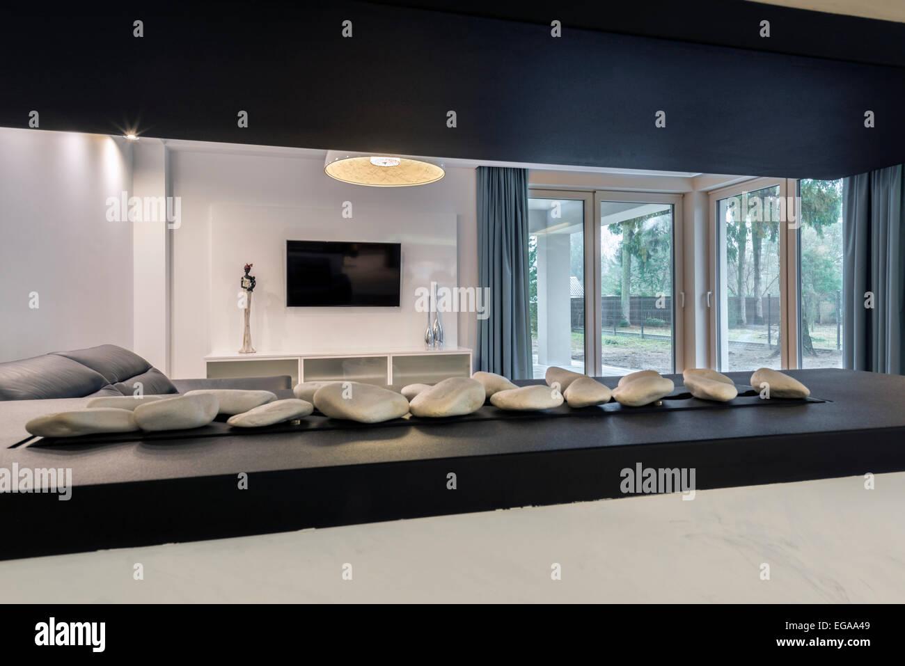 Moderner Kamin in schwarz / weiß Stil Wohnzimmer Stockfoto ...