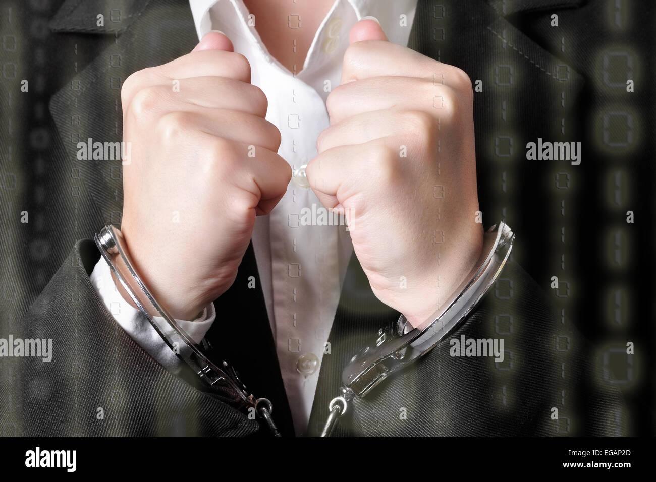 Nahaufnahme einer Handschellen Kaufmanns im schwarzen Anzug mit Binär-Code an der Spitze Stockbild