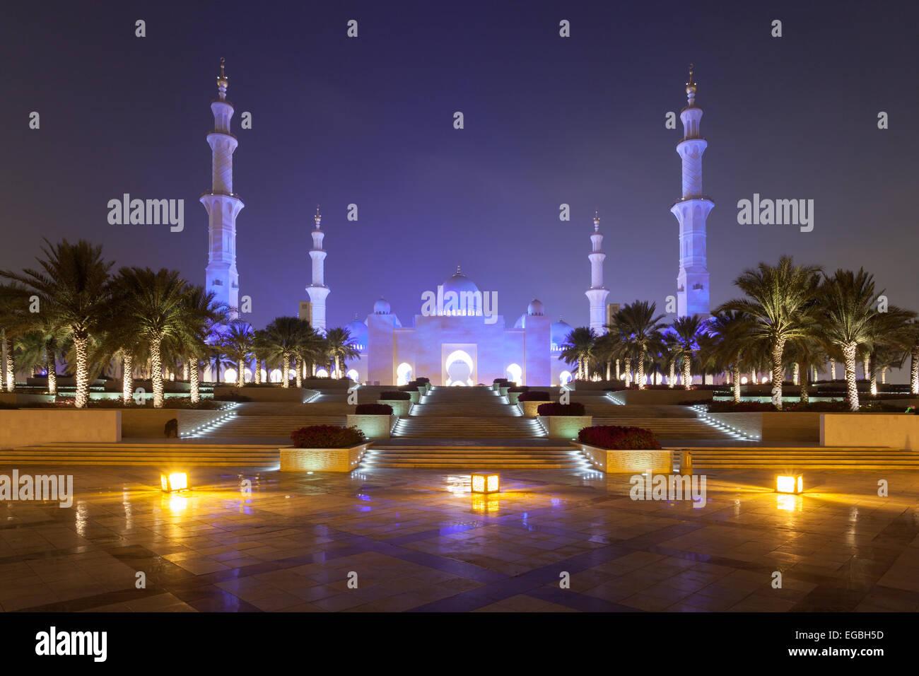 Sheikh Zayed Moschee In Abu Dhabi Nachts Beleuchtet Stockfoto