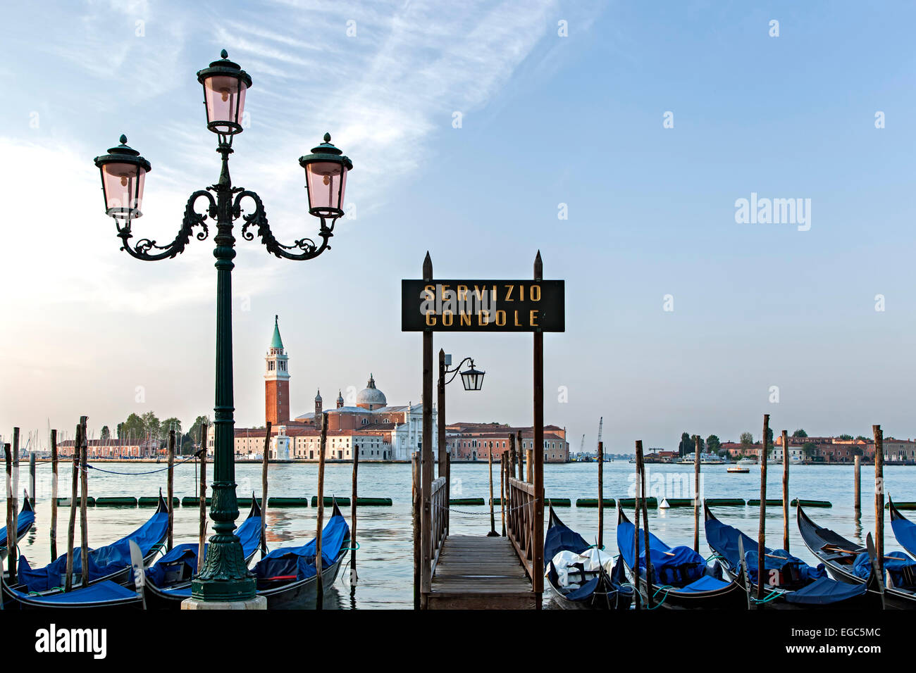 Gondeln Dock, Laternenpfahl und Kirche San Giorgio Maggiore in Venedig, Italien Stockfoto