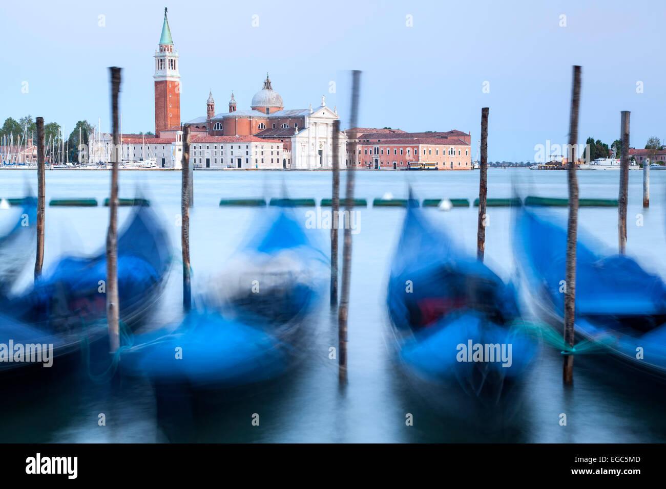 Gondeln und Kirche San Giorgio Maggiore in Venedig, Italien Stockfoto
