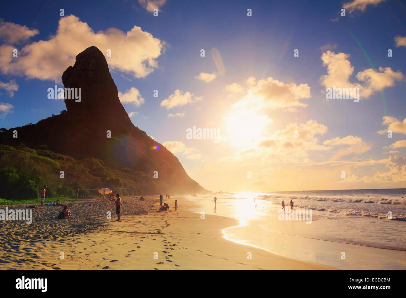 Brasilien, Fernando De Noronha, Conceição Strand mit Morro Pico Berg im Hintergrund Stockfoto