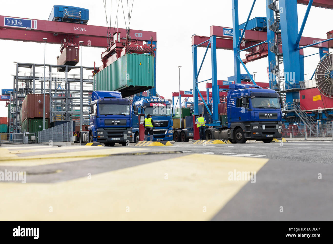 container beladen ein lkw im hamburger hafen hamburg deutschland stockfoto bild 78972495 alamy. Black Bedroom Furniture Sets. Home Design Ideas