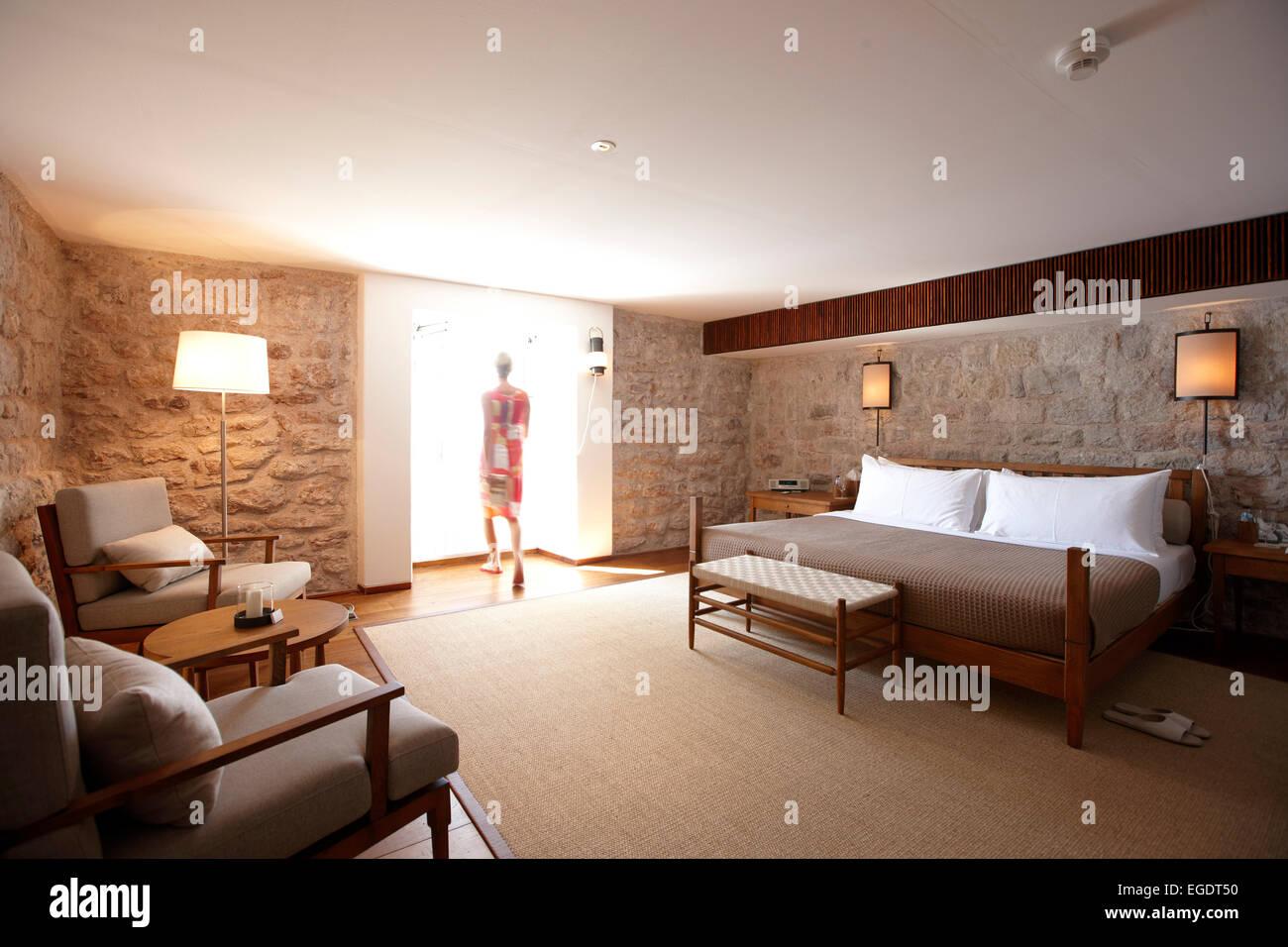 Frau in einem Deluxe Cottage mit Schlafzimmer, Aman Sveti Stefan ...