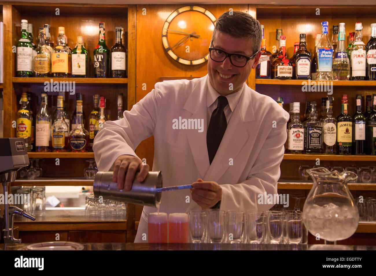 Freundliche Barkeeper mixen leckere Bellini Getränke in Harrys Bar, Venedig, Veneto, Italien, Europa Stockbild