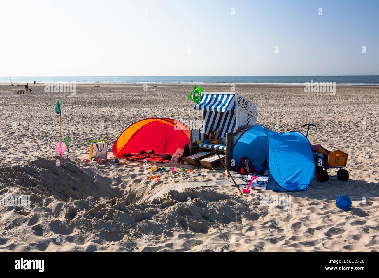 Strandkorb am Strand, Insel Spiekeroog, Nordsee, Ostfriesischen Inseln, Ostfriesland, Niedersachsen, Deutschland, Stockbild