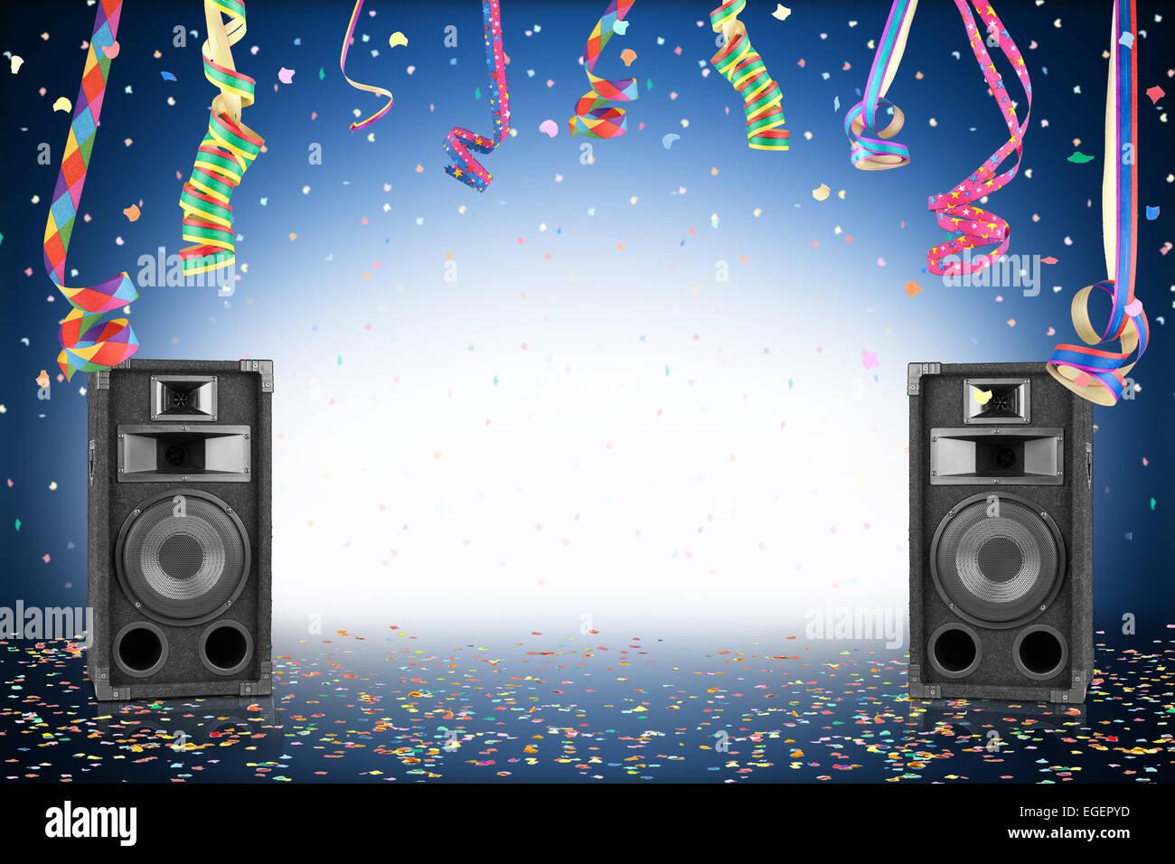 Party Hintergrund mit Konfetti, Streamer und Lautsprecher Stockfoto