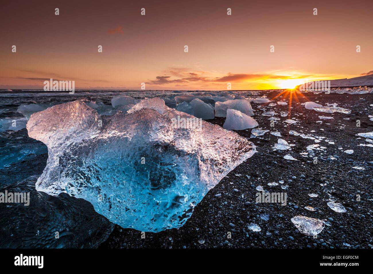 Gebrochenes Eis aus angespülten Eisberge am Jökulsárlón schwarzen Strand Sonnenuntergang Jökulsárlón Stockbild