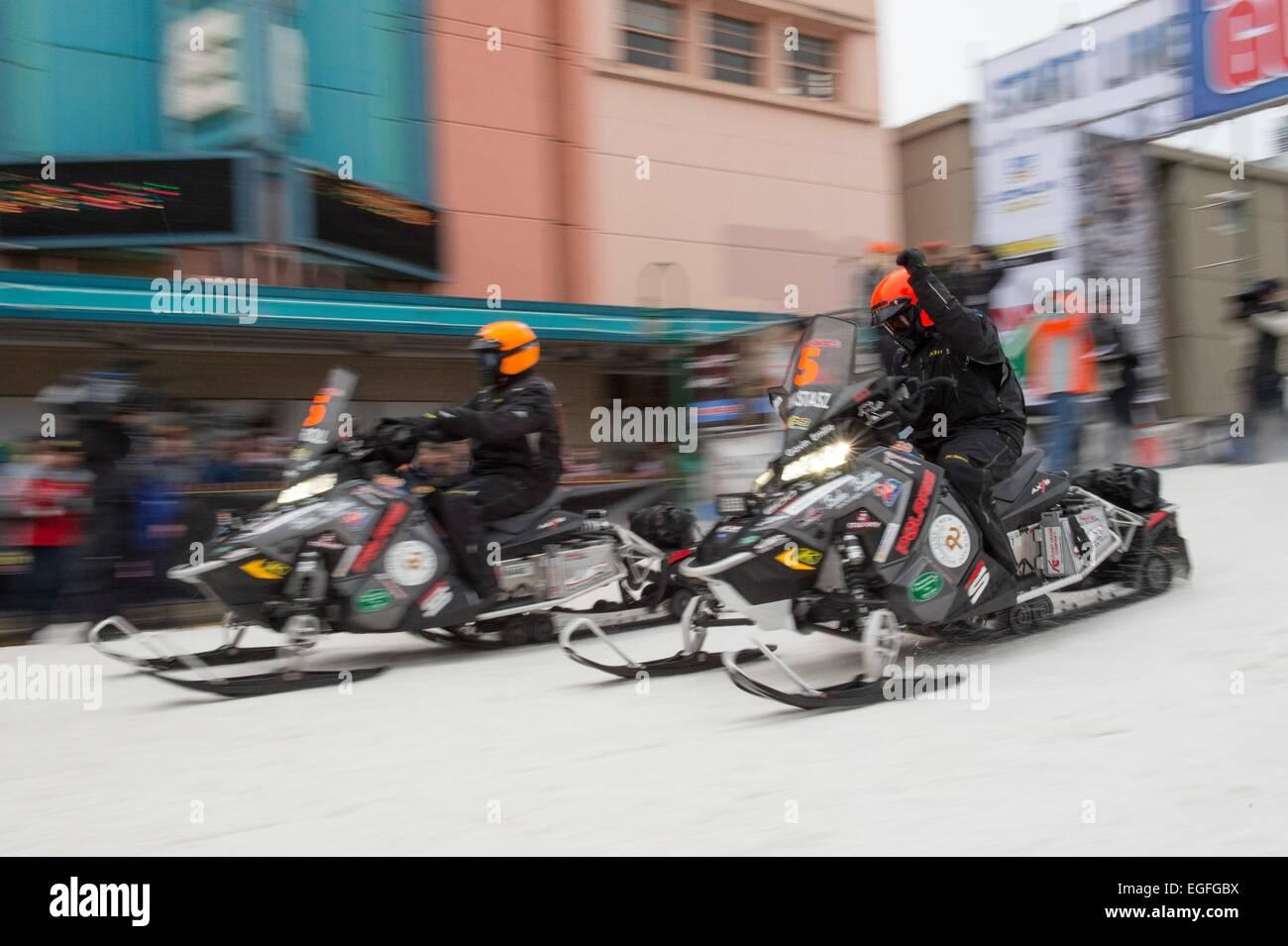 Konkurrenten abheben zu Beginn der 2.000 Meilen Eisen Hund Rennen 21. Februar 2015 in Anchorage, Alaska. Der Eisen Stockbild