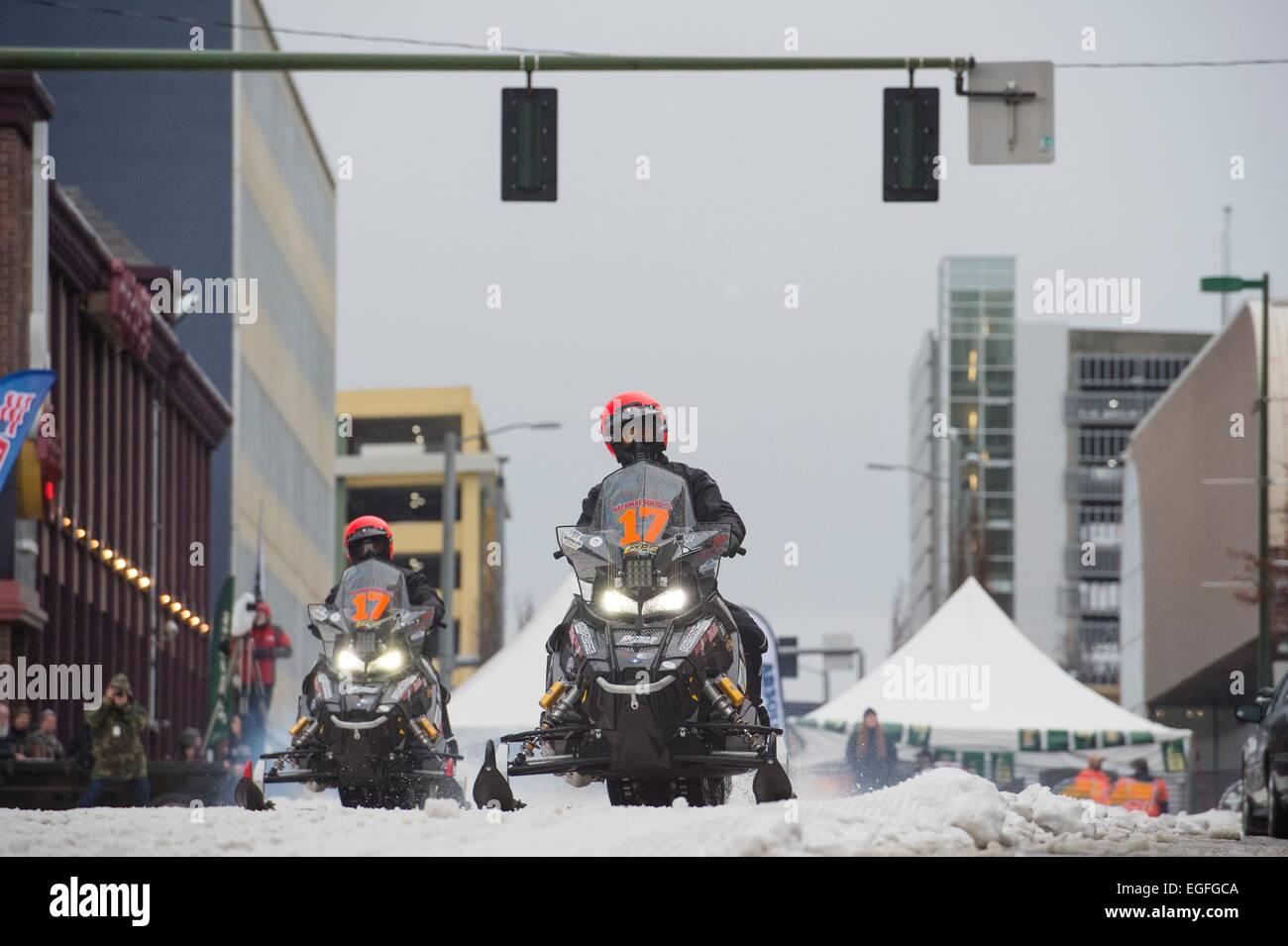 Konkurrenten zu Beginn der 2.000 Meilen Eisen Hund Rennen 21. Februar 2015 in Anchorage, Alaska. Der Eisen-Hund Stockbild