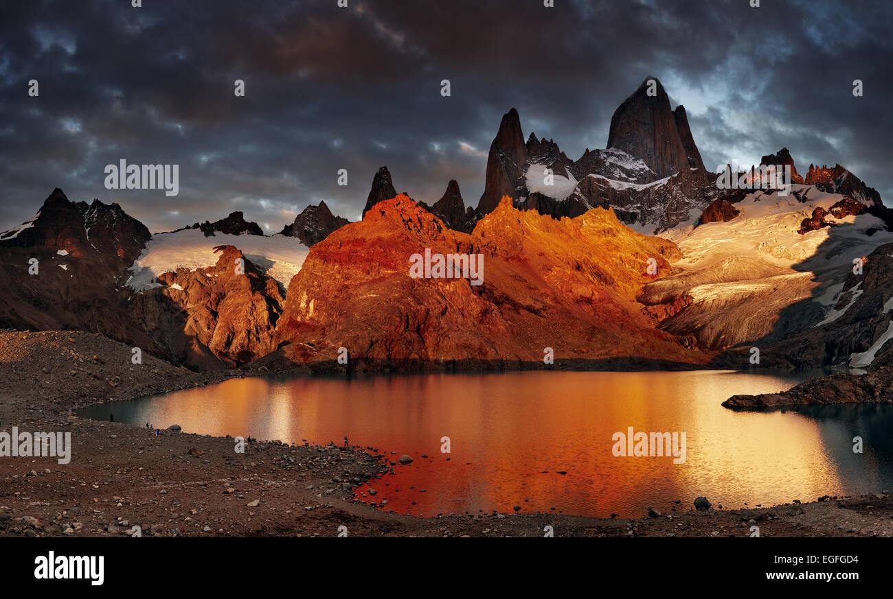 Laguna de Los Tres und Mount Los Tres, dramatische Sonnenaufgang, Patagonien, Argentinien Stockbild
