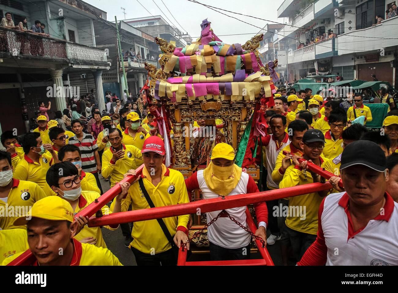 Riau, Indonesien. 24. Februar 2015. Indonesische Chinesen nehmen an ...