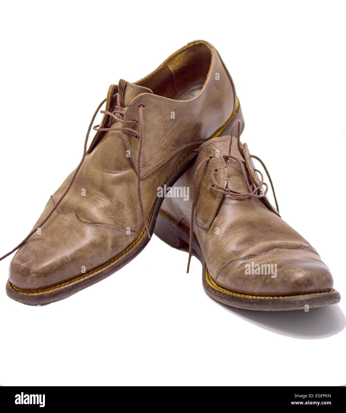Moderne braune Lederschuhe für Männer isoliert auf weiss Stockfoto ... 2a7c14fbec