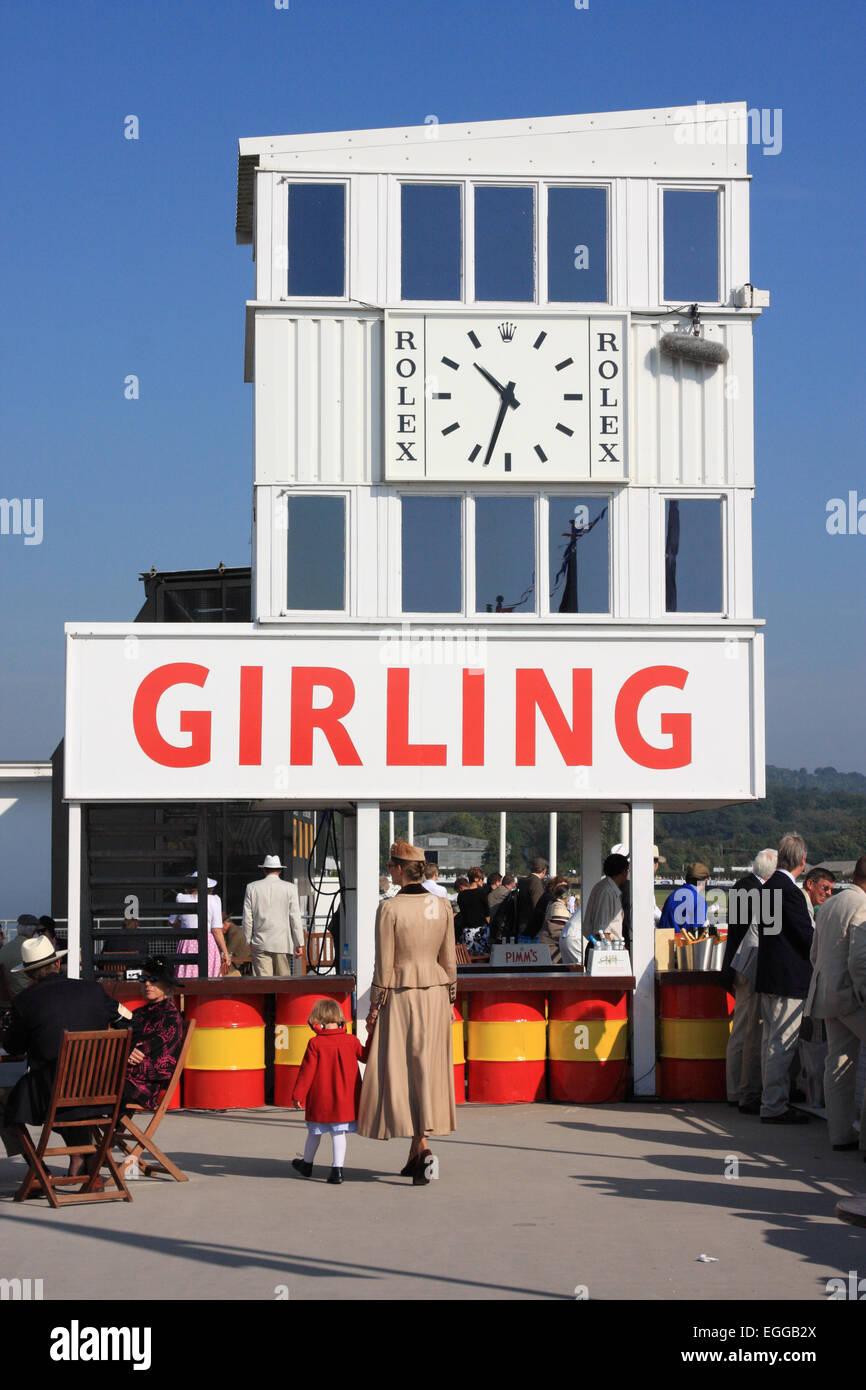 Die Rolex-Uhr oberhalb der Boxen / Goodwood Revival / Goodwood / UK Stockbild