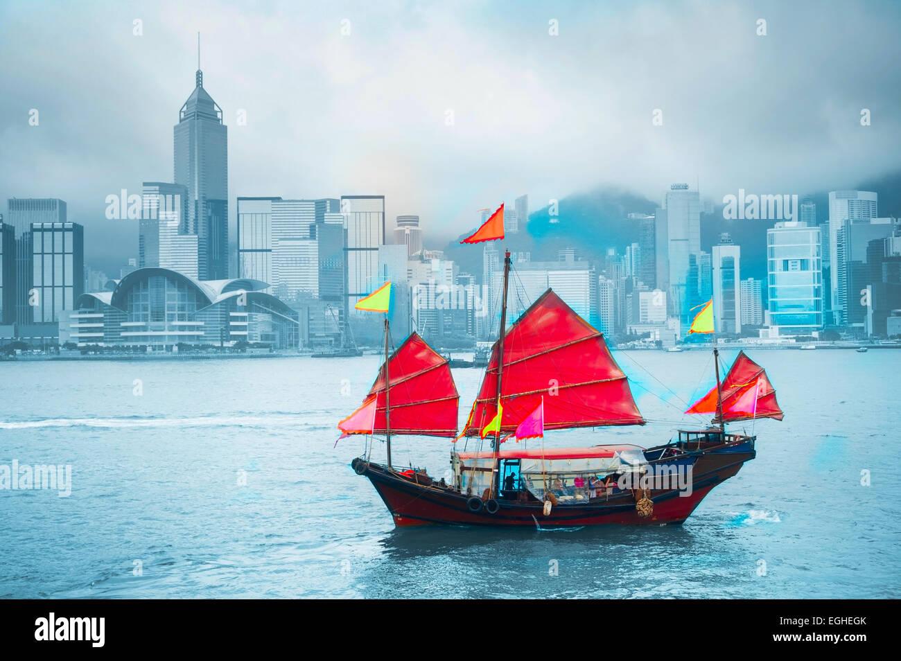 Symbol von Hong Kong - traditionelle hölzerne Segelschiff im Hafen von Victoria. Stockfoto