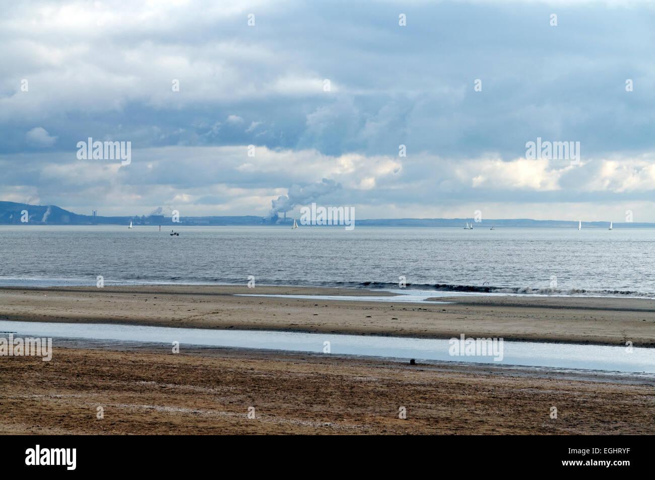 Swansea Bay mit Blick auf Port Talbot Steel Works, Wales, UK. Stockfoto