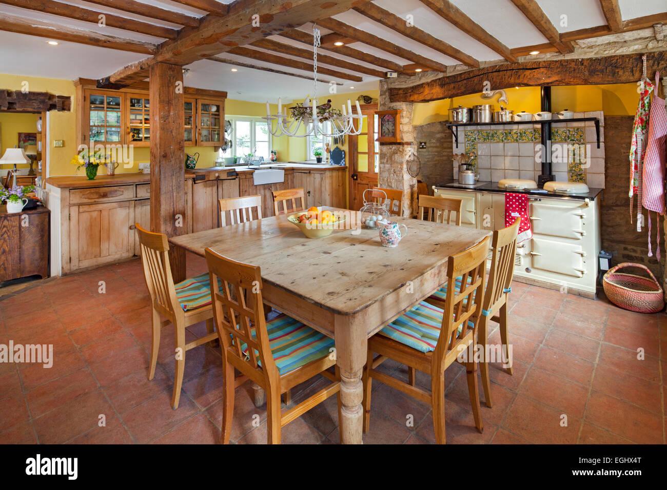 Traditionelle Landhausküche mit Kiefer Esstisch und Aga im englischen Landhaus Stockbild