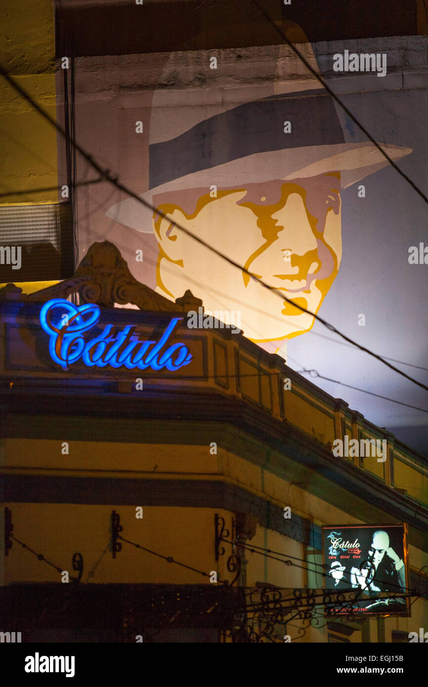 """Die """"Catulo Tango"""" Abendessen & Show Club, mit dem Bild des Künstlers Carlos Gardel im Hintergrund. Stockbild"""