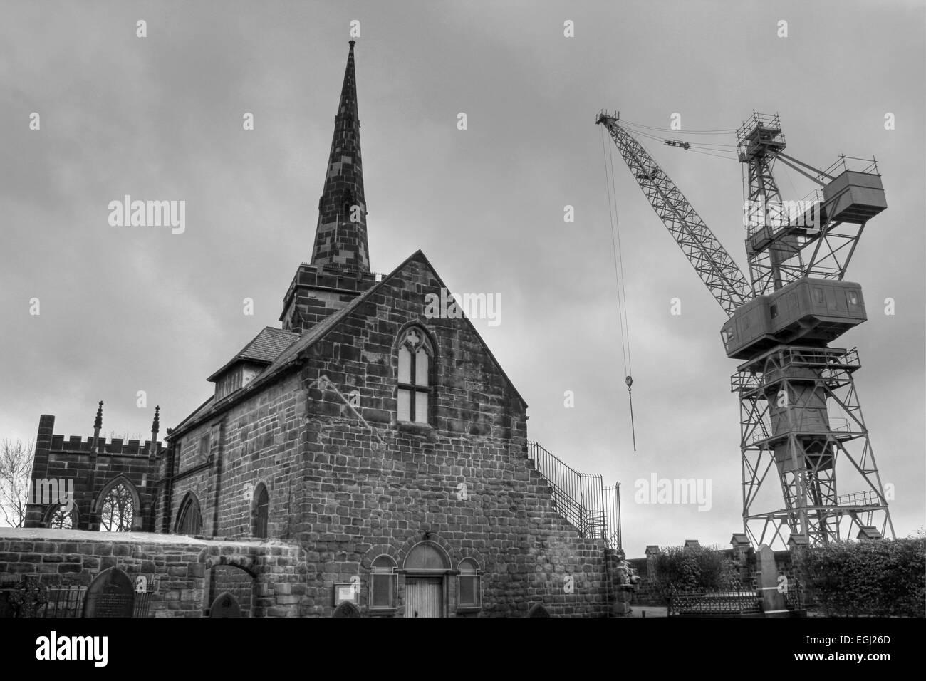Schwarz / weiß HDR Foto von Birkenhead Priorat mit einem Kran von der angrenzenden Cammell Laird Schiffbauer Stockbild