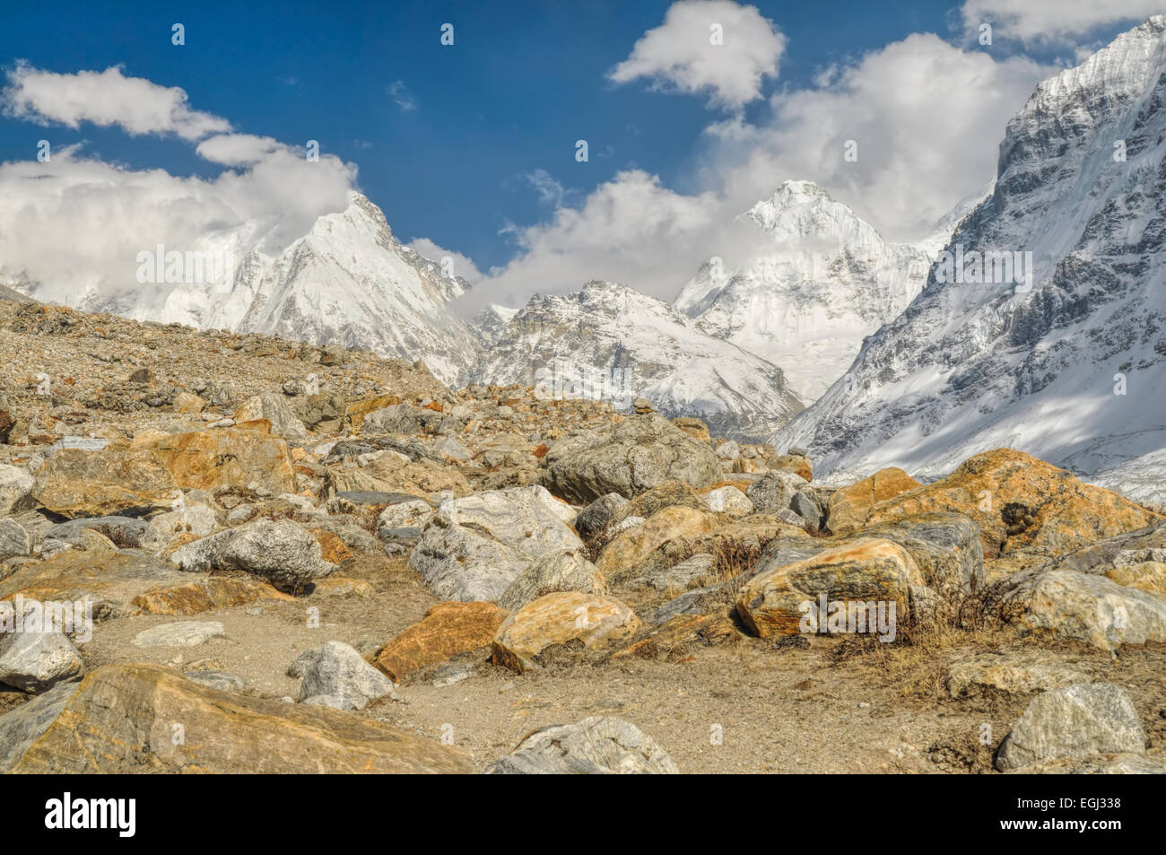 Panorama der schneebedeckten Berge, die in einem felsigen Tal abfallenden Stockbild