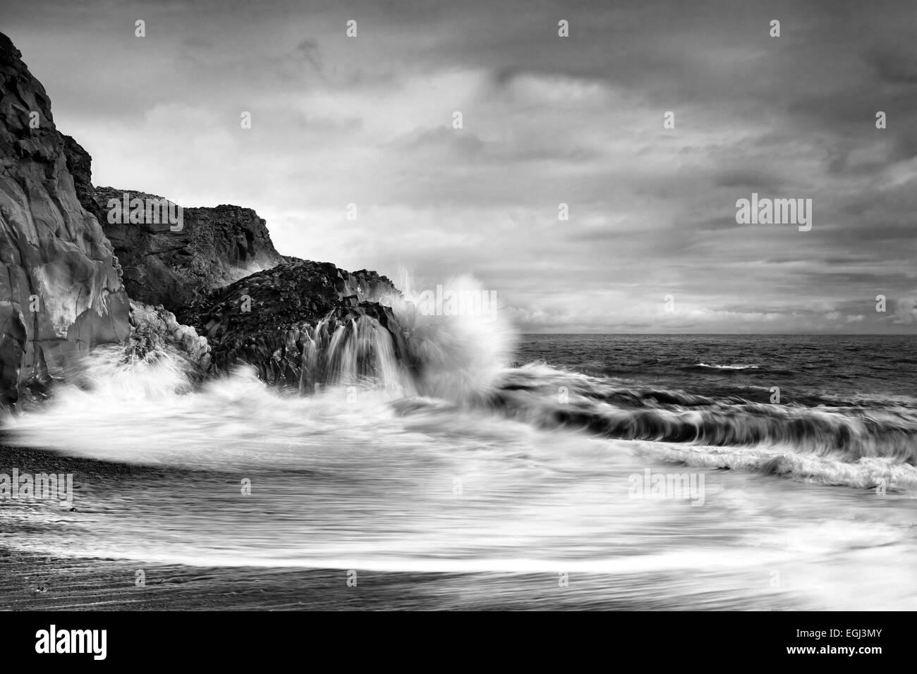 Wellen, Felsen, Atlantik, Insel, Küste, s/w Stockbild