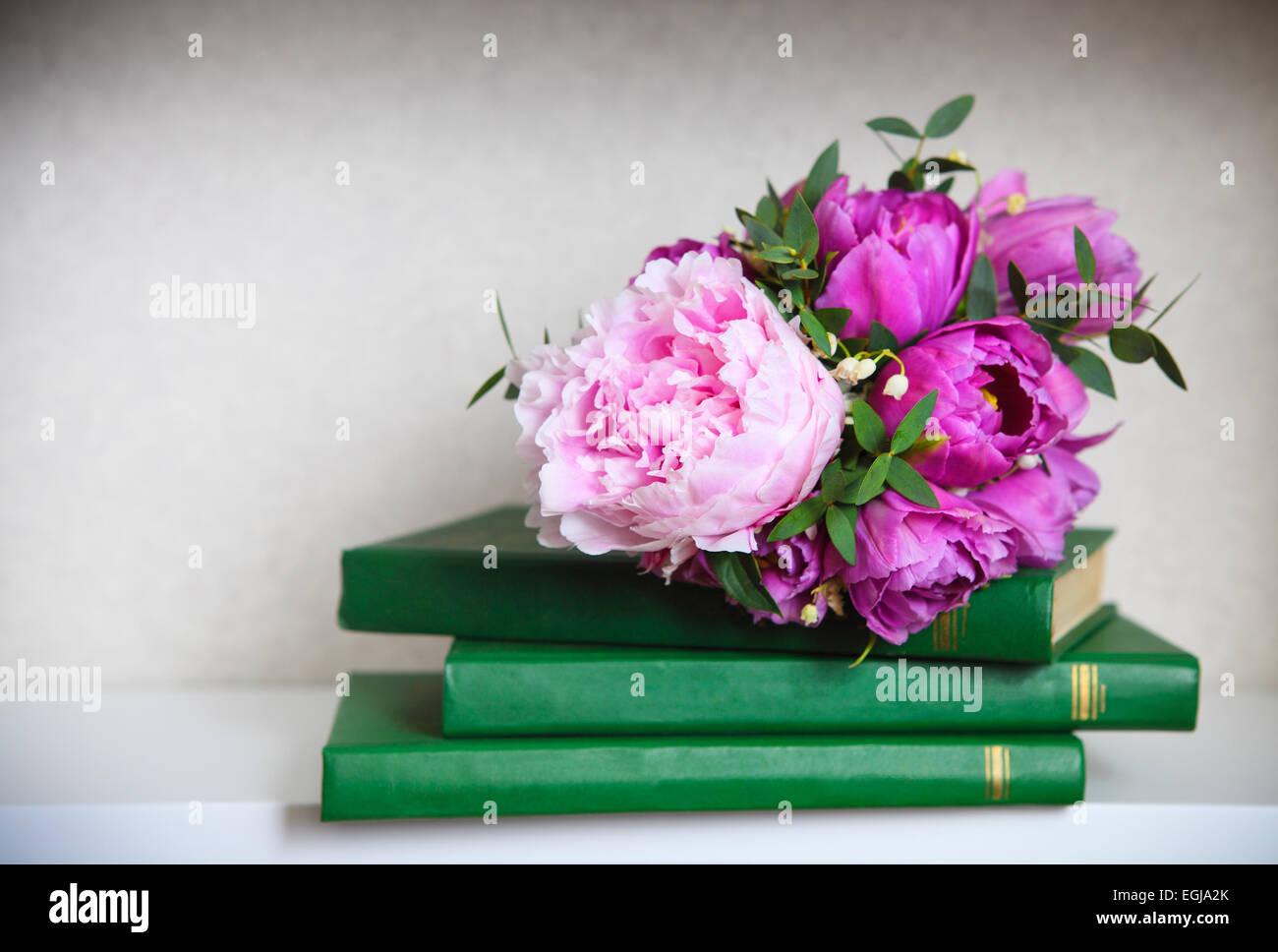 Brautstrauss Von Einer Rosa Pfingstrosen Tulpen Und Maiglockchen Auf