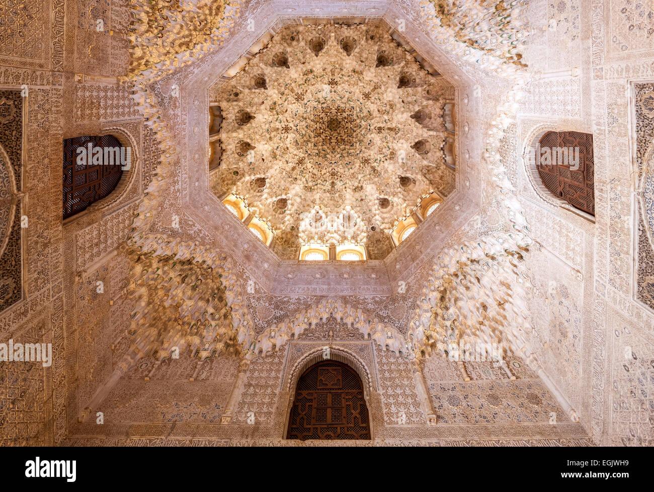 Alhambra Granada Spanien. Kuppel mit dekorierten gewölbten Stalaktiten, die Decke im Saal der zwei Schwestern Stockbild
