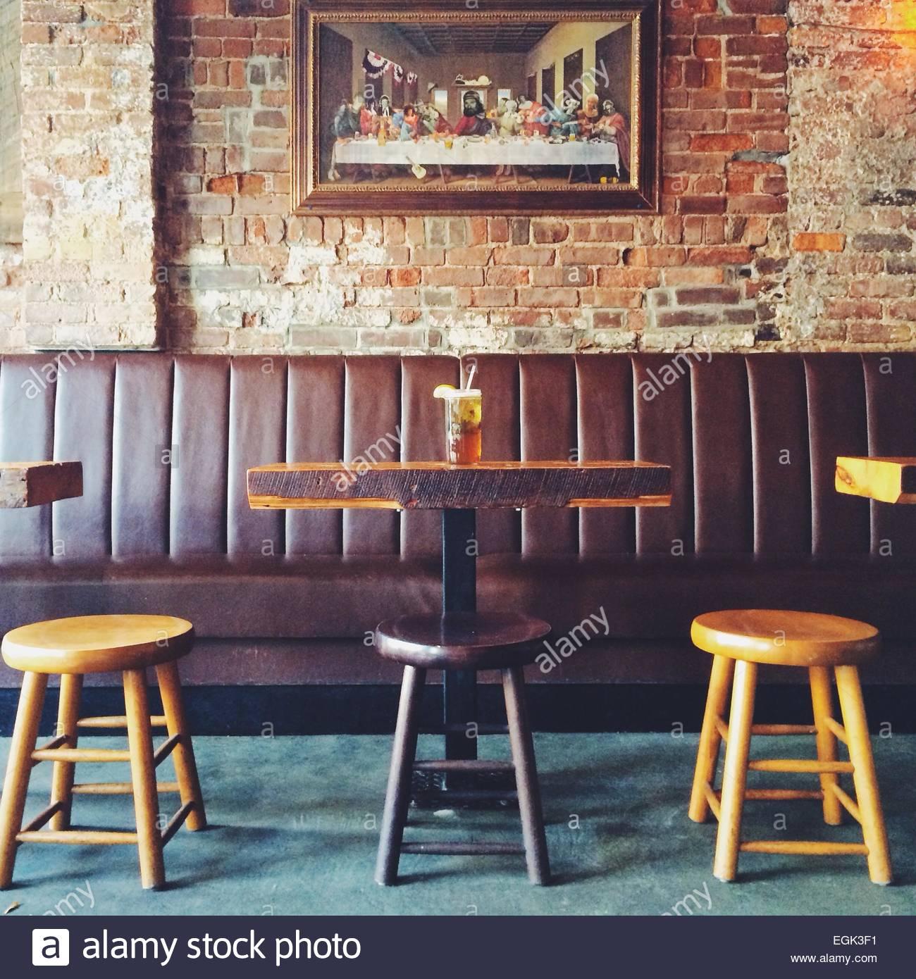 Pub-Tisch und Stühle mit das letzte Abendmahl im Hintergrund Stockbild