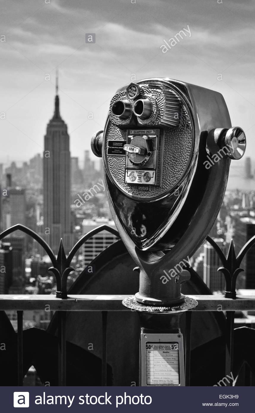 Münze betriebenen Fernglas mit Empire State Building im Hintergrund, New York, New York State, USA Stockbild