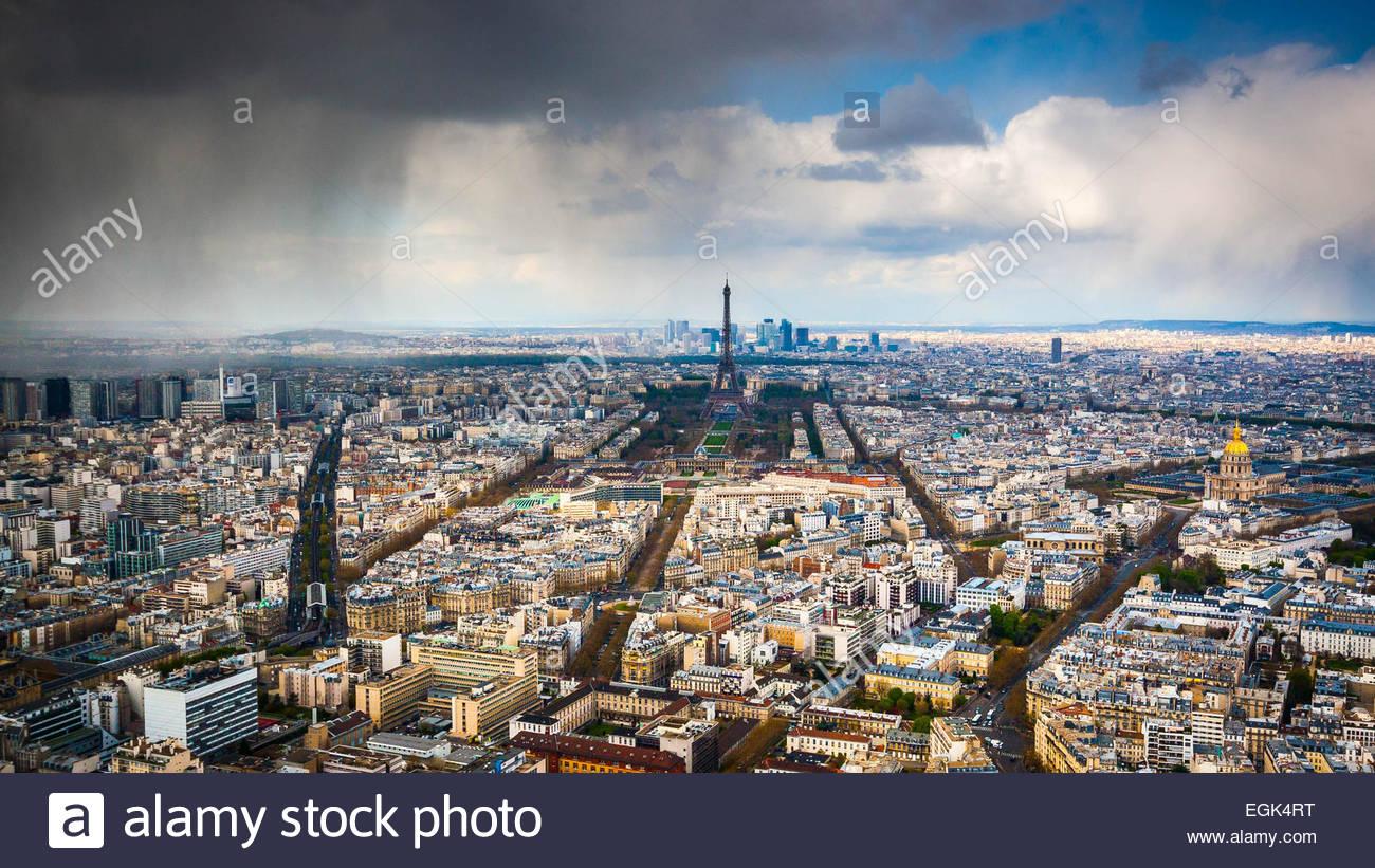 Eiffel Tower unter Wolkengebilde Stockbild