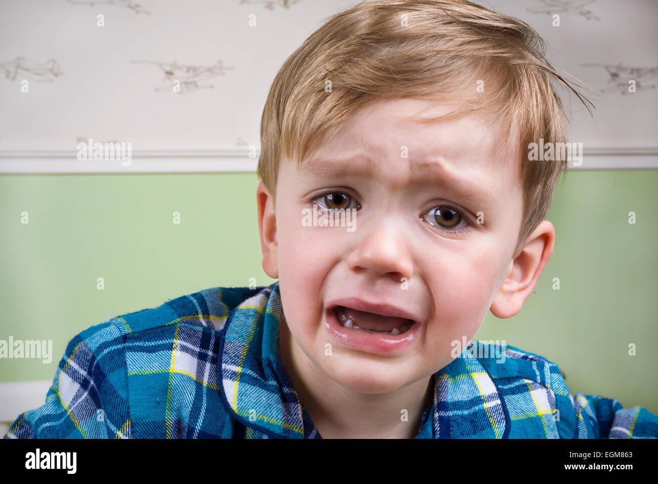 Kleiner Junge weinend dramatisch vor dem Schlafengehen Stockfoto