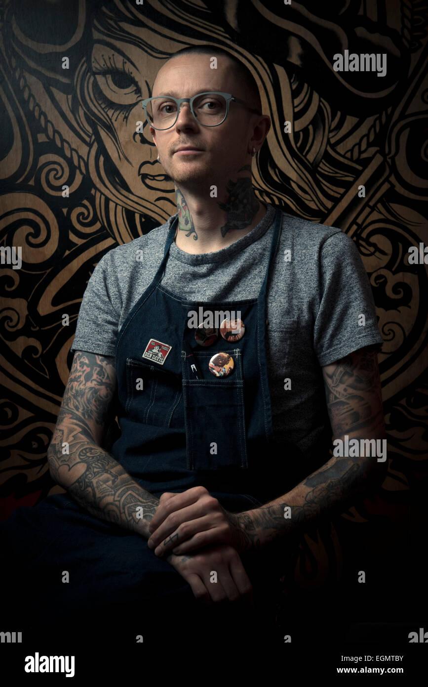 dunkle stilisierte Porträts von Brighton tattoo-Künstler ein Licht sah aus wie ein Portrait von Rembrandt, Stockbild