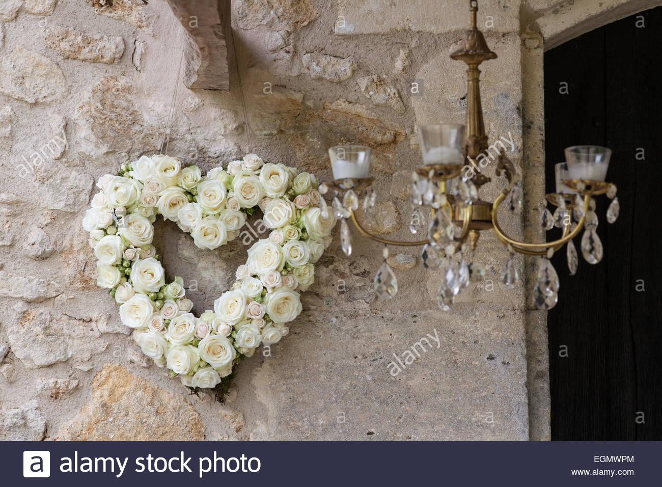 Brautstrauss In Herzform Auf Der Aussenseite Der Scheune Stockfoto