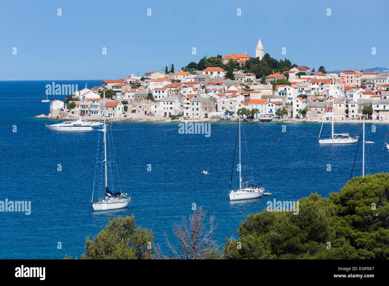 Primosten, Region Sibenik-Knin, Kroatien. Beliebter Ferienort an der Adria Küste. Stockbild